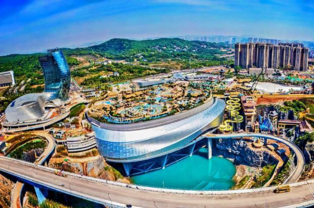 China abre un increíble edificio con centro de esquí cubierto y parque acuático en la azotea