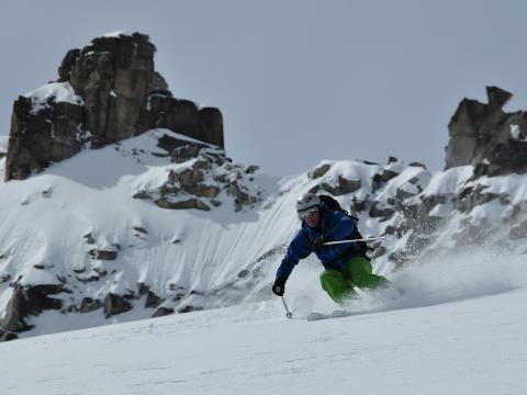 Nieve polvo en el mes de mayo en el pico Cordier