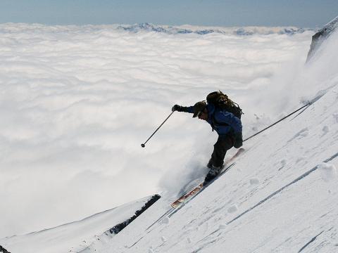 Esquiando por encima de las nubes en la Maladeta