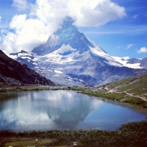 Matterhorn reflejado en lago subiendo a Sunegga-Rothorn