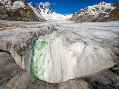 Ríos y cascadas sobe el propio glaciar