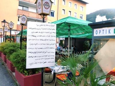 rótulo en árabe de un restaurante de Zell am See