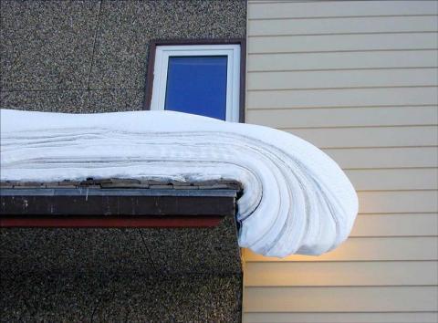 capas de nieve sobre tejado