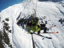 Un espectacular vuelo en parapente y con esquís por encima de Beret