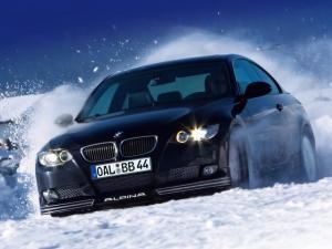 Esquis en las ruedas delanteras para facilitar el avance sobre nieve