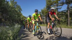 En las de montaña del Pirineo catalán, tras los esquís, las dos ruedas