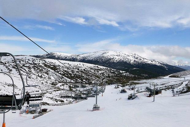 Al norte se disfruta de la presencia de Peñalara, la montaña más alta de la Sierra del Guadarrama (2428 m)