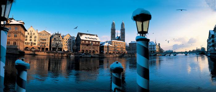 Zurich, ambiente invernal desde el río Limmat (Limago) en su desembocadura en el lago Zurich. Foto. Christof Sonderegger Copyright by Switzerland Tourism